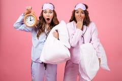 Портрет 2 удивил милых девушек одетых в пижамах Стоковое фото RF