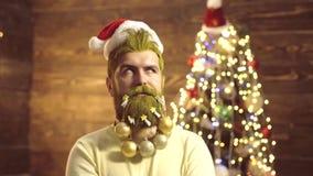 Портрет удивленного и смешного человека Эмоции подарка Твердый человек Санта Клауса с бородой и усиком Смешные люди сток-видео