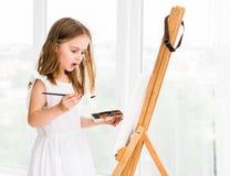 Портрет удивленной маленькой девочки крася изображение Стоковое Изображение