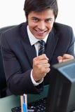 Портрет удовлетворенного бизнесмена работая с компьютером Стоковое Фото