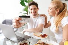 Портрет удовлетворенной молодой пары в влюбленности Стоковое фото RF