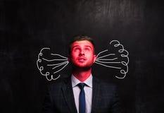 Портрет думая человека на предпосылке доски мела стоковое изображение