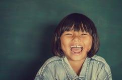 Портрет умной девушки смехом классн классного счастливым Стоковые Изображения