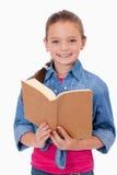 Портрет умной девушки читая книгу Стоковые Фото