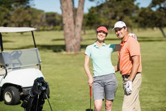Портрет умных пар игрока в гольф с рукой вокруг Стоковое Изображение RF