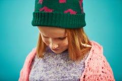 Портрет унылой девушки ребенка в одеждах зимы понизил его голову вниз Расстроенный ребенк потому что холод натиска стоковая фотография rf