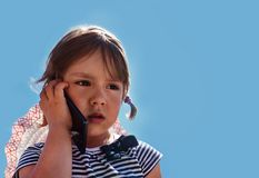 Портрет унылой курчавой маленькой девочки стоковые фотографии rf