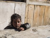 Портрет унылого предназначенного для подростков усаживания девушки Стоковые Фото