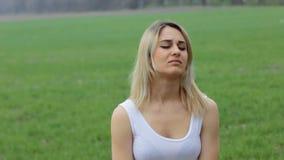 Портрет унылой девушки в саде движение медленное акции видеоматериалы