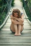 Портрет унылой девушки на мосте Стоковое Фото