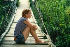 Портрет унылой девушки на мосте Стоковая Фотография RF