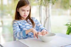 Портрет унылой девушки сидя на таблице завтрака Стоковые Изображения
