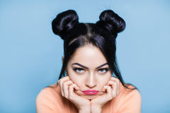 Портрет унылой и расстроенной женщины брюнет с волосами мыши на голубой предпосылке Стоковые Изображения