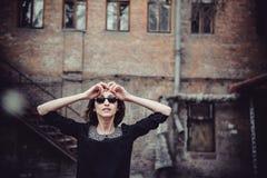 Портрет упадочной эмоциональной девушки стоя около старого здания с окнами Винтажный тон, унылая депрессия, насилие, двухполярное Стоковые Фотографии RF