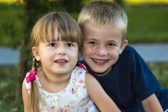 Портрет 2 усаживаний детей мальчика и брата и сестры девушки Стоковая Фотография