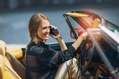 Портрет усаживания красивой сексуальной женщины моды модельного в роскошном автомобиле Стоковое Изображение RF