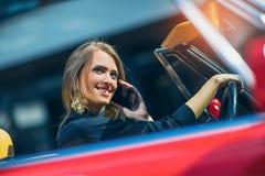 Портрет усаживания красивой сексуальной женщины моды модельного в роскошном автомобиле Стоковые Изображения