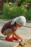 Портрет усаживания мальчика собирает листья стоковые изображения rf
