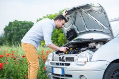 Портрет усиленного человека проверяя его проблему двигателя автомобиля стоковые изображения rf