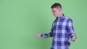 Портрет усиленных пальцев человека хипстера щелкая и плохой новости получать сток-видео