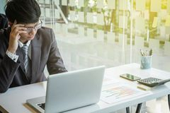 Портрет усиленного бизнесмена в офисе стоковые фото