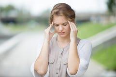 Портрет усиленной женщины с головной болью outdoors Стоковые Фотографии RF