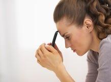 Портрет усиленной молодой женщины с мобильным телефоном Стоковые Фото
