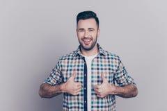Портрет усмехаться, бородатый, совершенный человек показывая 2 большого пальца руки вверх Стоковые Фото