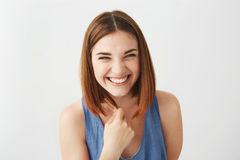 Портрет усмехаться жизнерадостной счастливой молодой красивой девушки смеясь над над белой предпосылкой Стоковое Изображение RF
