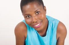 Портрет усмехаться и уверенно женщина на белой предпосылке стоковое фото rf
