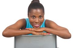 Портрет усмехаться и уверенно женщины стоя против стула стоковое изображение