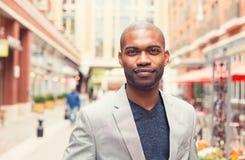 Портрет усмехаться молодого человека изолированный на снаружи стоковая фотография
