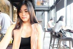 Портрет усмехаясь азиатских женщин сидя в кафе просторной квартиры стоковые фото
