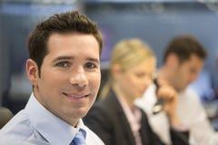 Портрет усмехаясь бизнесмена в офисе, смотря камеру Стоковое фото RF