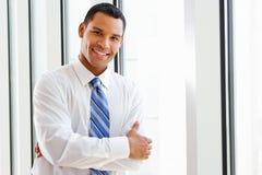 Портрет усмехаясь бизнесмена в офисе Стоковые Изображения RF