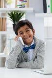 Портрет усмехаясь бизнесмена говоря на телефоне Стоковое Изображение RF