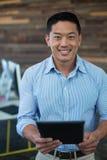 Портрет усмехаясь бизнесмена используя цифровую таблетку Стоковые Фотографии RF