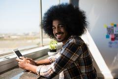 Портрет усмехаясь бизнесмена используя цифровую таблетку Стоковое Изображение