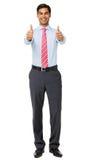 Портрет усмехаясь бизнесмена показывая большие пальцы руки вверх стоковые изображения
