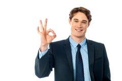 Портрет усмехаясь бизнесмена показывая одобренный знак Стоковые Фото