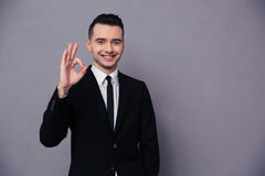 Портрет усмехаясь бизнесмена показывая одобренный знак Стоковое Изображение RF