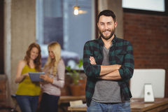 Портрет усмехаясь бизнесмена стоя в офисе Стоковая Фотография