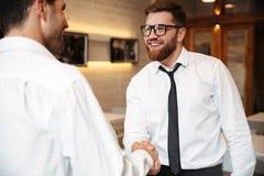 Портрет 2 усмехаясь бизнесменов тряся руки Стоковая Фотография RF