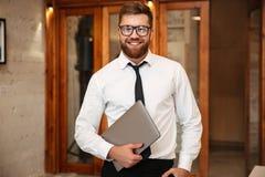 Портрет усмехаясь бородатого бизнесмена Стоковые Фото