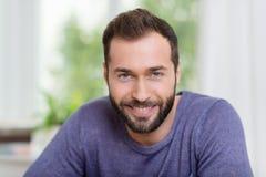Портрет усмехаясь бородатого человека стоковые изображения rf