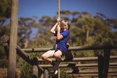 Портрет усмехаясь веревочки девушки взбираясь во время полосы препятствий Стоковые Изображения RF
