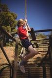 Портрет усмехаясь веревочки девушки взбираясь во время полосы препятствий Стоковые Изображения