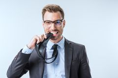 портрет усмехаясь галстука и смотреть бизнесмена сдерживая камеру Стоковые Фото
