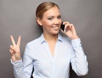 Портрет усмехаясь говорить телефона бизнес-леди и О'КЕЙ выставки стоковое фото rf