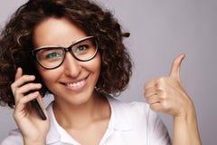 Портрет усмехаясь говорить телефона бизнес-леди и О'КЕЙ выставки стоковое изображение rf